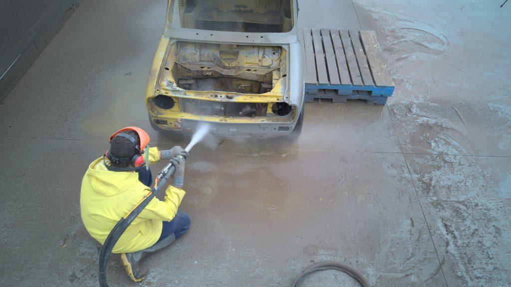 Dustless blasting of a Mini 1275 GTS